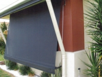 Automatic awning with 200 mm arms and stainless steel guide rods.